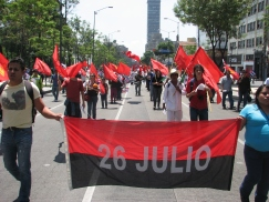 Militantes del Partido Comunista de México portan una bandera del Movimiento 26 de Julio. Foto: Alberto Buitre