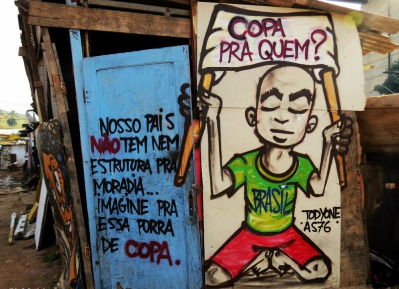 ¿Copa para quién?, uno de los grafittis contra el Mundial en las calles brasikeñas. Foto: Agencias.