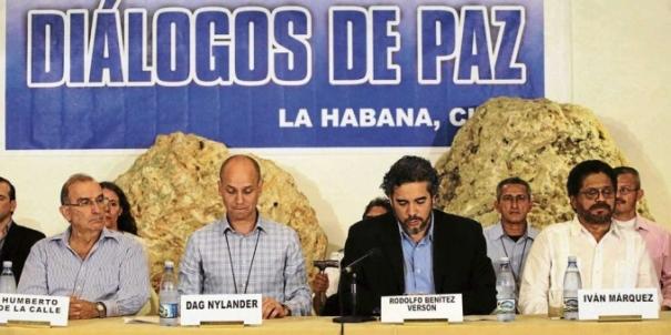 Humberto de La Calle, delegado del Gobierno colombiano; Dag Nylander, representante del Gobierno de Noruega; Rodolfo Benítez, representante del Gobierno de Cuba, y comandante Iván Márquez, delegado de las FARC-EP, dando conferencia de prensa en el inicio de los diálogos de paz colombiana en La Habana Cuba