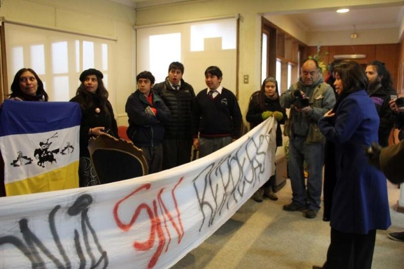 Activistas de Patagonia Sin Represas toman la intendencia de Aysén, por la mañana del 4 de junio. Foto: @sinrepresas