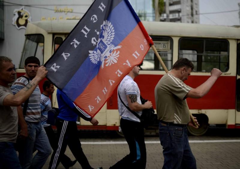 Anti fascistas ucranianos marchan con la bandera de la República de Donetsk. Foto: Agencias