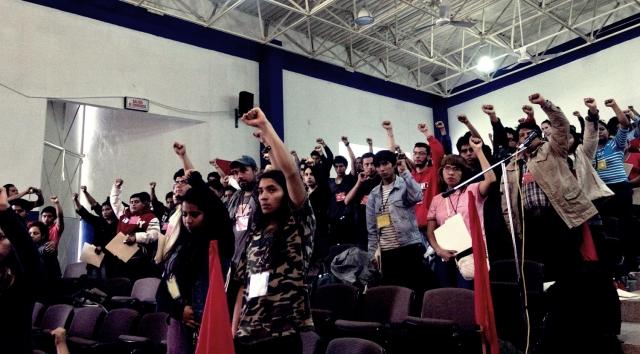 Asistentes al Congreso de las Juventudes Comunistas entonan La Internacional, himno del comunismo. Foto: Cortesía