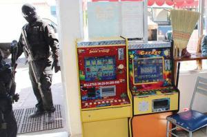 Policias federales armados y con pasamontañas decomisan en establecimientos populares las máquinas tragamonedas. Foto: Vanguardia