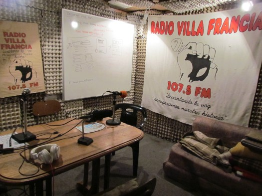 Cabina de Radio Villa Francia. Foto: puroperiodismo/Flickr