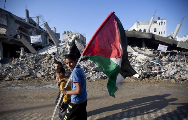 Dos niños se pasean sobre la Gaza derruida. Foto: NBC