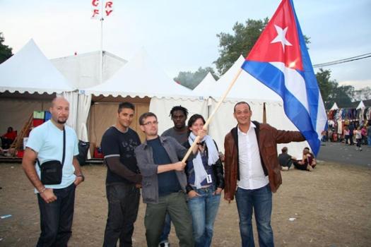 """Wolinski, Charb, Cabu, Tignous, así como otras 8 personas murieron en un ataque terrorista en la sede de Charlie Hebdo. Eran amigos de Cuba los trabajadores de Charlie-Hebdo y en múltiples ocasiones dibujaron para las asociaciones, """"Cuba Linda"""" y """"Cuba Si – Francia"""", los vimos en la fiesta de l'Humanité en los kioscos de Granma, Cuba Linda, Cuba Sí… Wolinski, era Presidente de Honor de Cuba Sí y formaba parte de los viajeros de solidaridad que visitan el archipiélago cubano con Cuba Linda. Les escuchamos hablar sobre Cuba y su proceso en múltiples ocasiones con respeto y admiración.  (FOTOS: Cubainformacion)"""