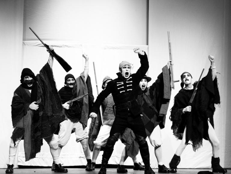 """El grupo teatral La Patogallina monta la obra """"El húsar de la muerte"""" (FOTO: diariouchile)"""