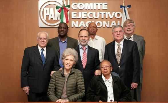 El presidente nacional del PAN, Gustavo Madero (centro), posa con contrarrevolucionarios cubanos en su reunión de marzo de 2015. FOTO: PAN